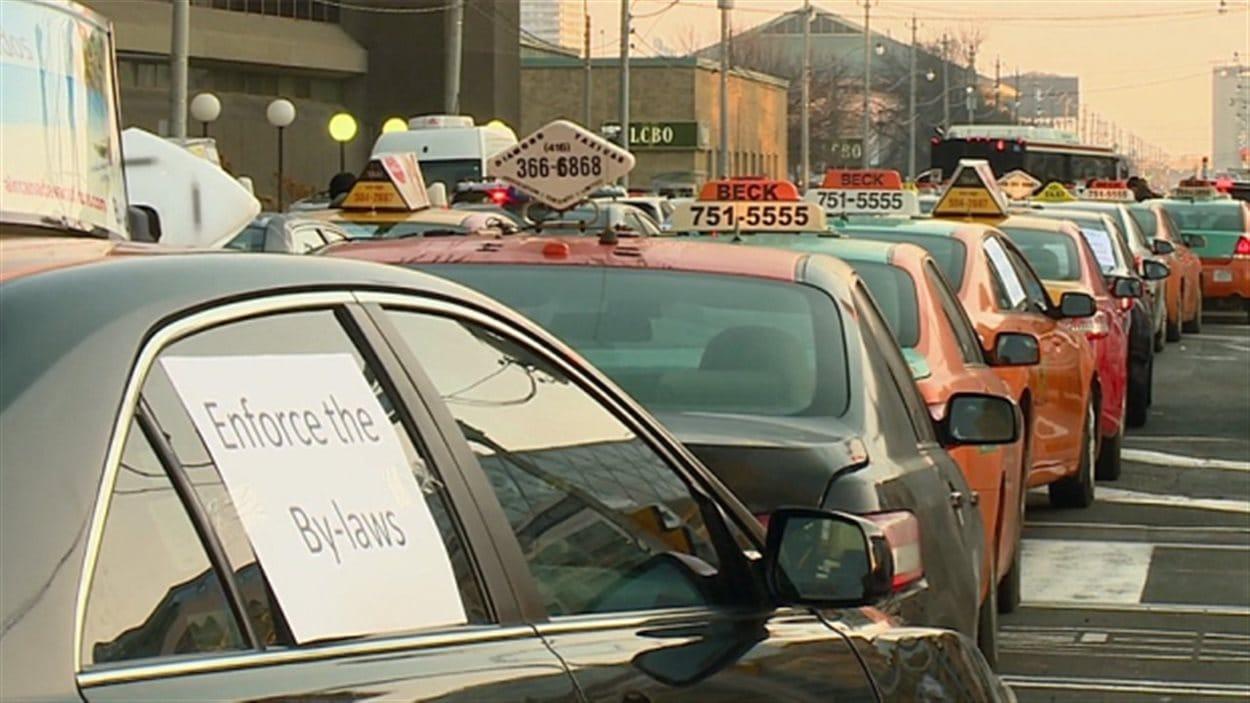 Les chauffeurs de taxi accusent le maire d'accorder un traitement de faveur à Uber.