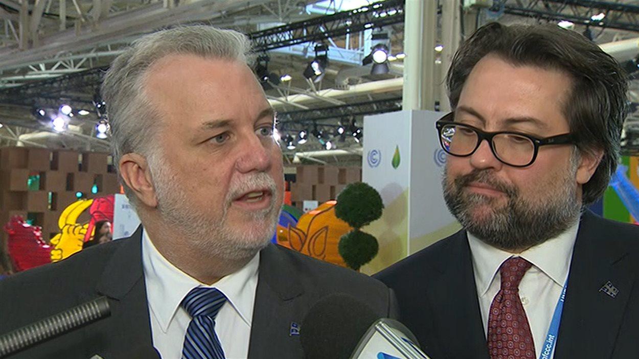 Le premier ministre du Québec, Philippe Couillard, et le ministre de l'Environnement, David Heurtel, à Paris, le 9 décembre