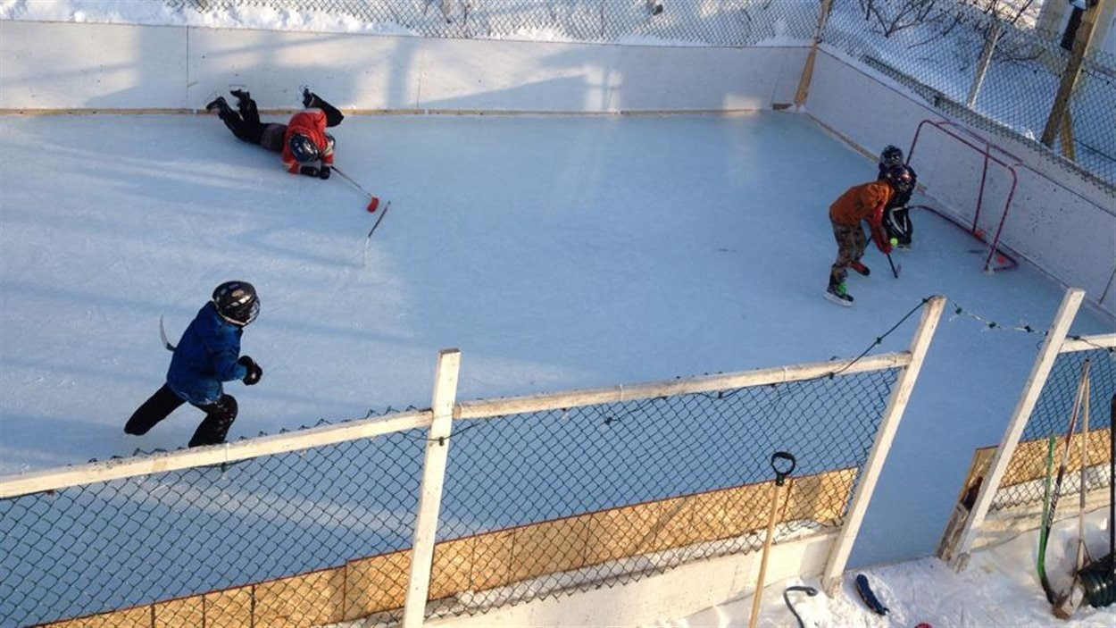 Les enfants du quartier se rassemblent sur la patinoire de Maxime Goulet