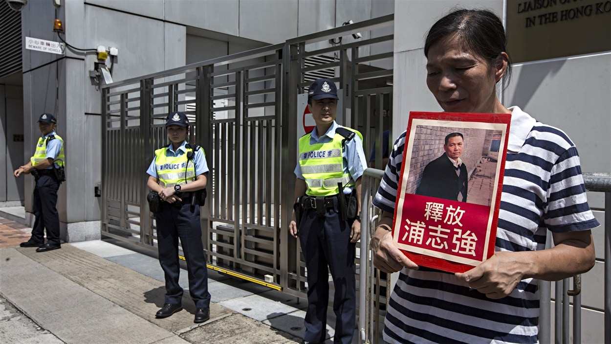 Une militante revendique la libération de l'avocat défenseur des droits l'homme Pu Zhiqiang.