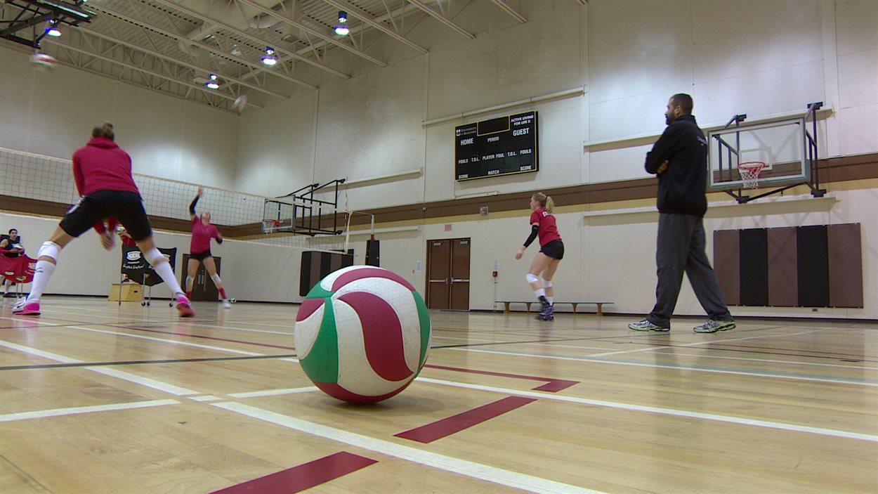 Une partie de l'équipe canadienne de volleyball feminin et leur entraîneur, Arnd Ludwig.