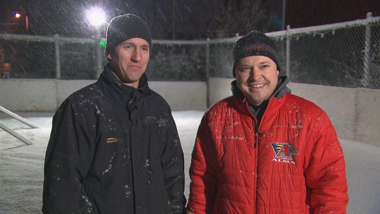 Sébastien Dufour et Maxime Goulet travaillent tout l'hiver pour construire et entretenir leur patinoire