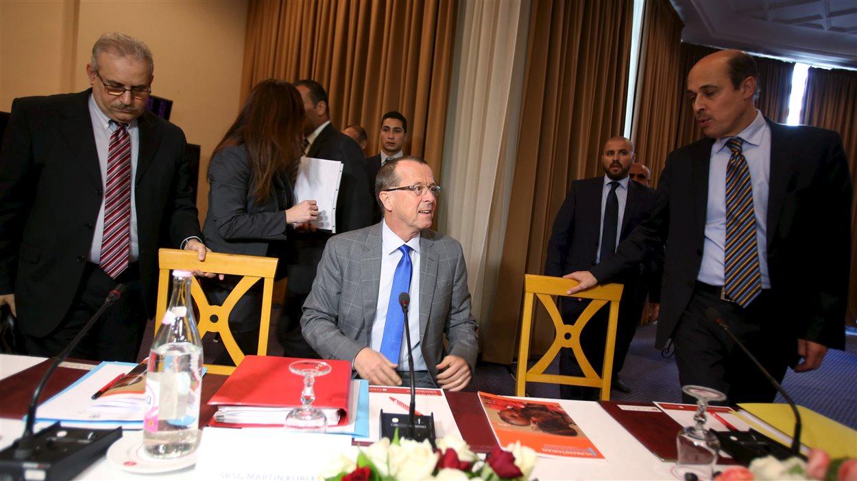 Le commissaire des Nations Unies Martin Kobler entouré des représentants des deux parlements rivaux en Libye le 11 décembre 2015.