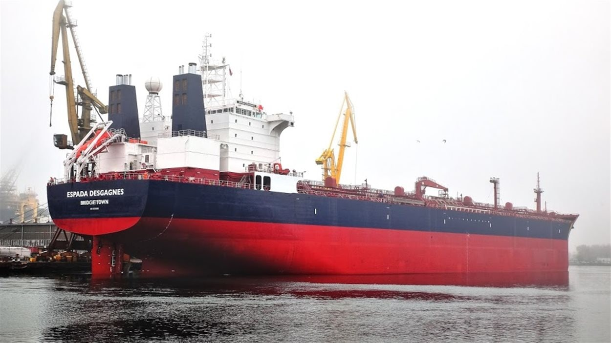 Le navire du côté tribord regardant vers l'avant