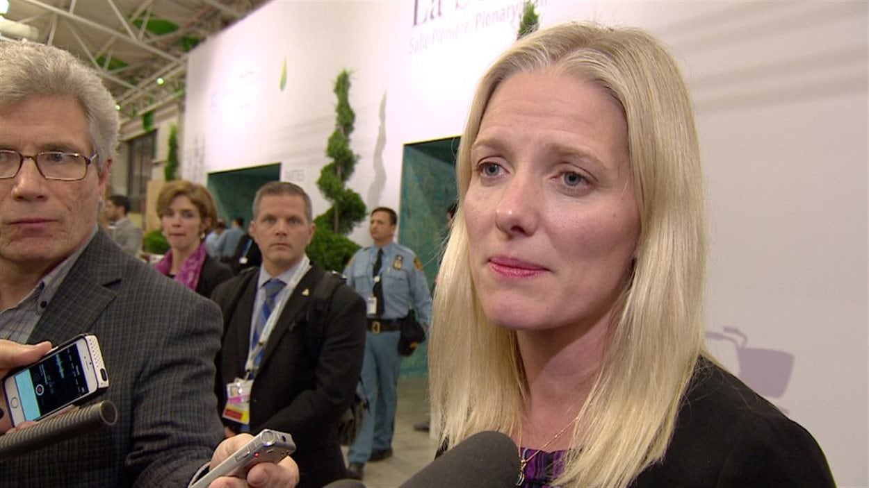 La ministre Catherine McKenna commente la conclusion d'un accord à Paris.