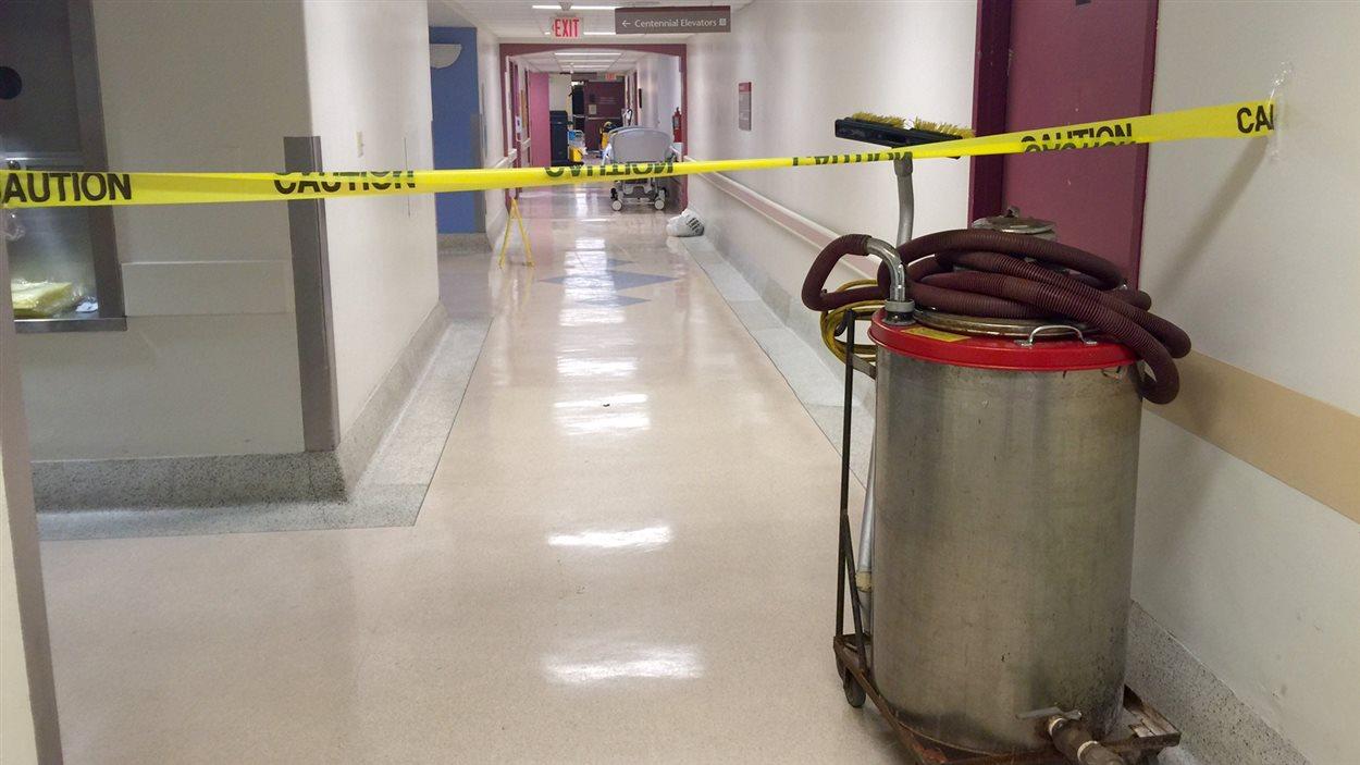 Cette photo montre un corridor de l'hôpital VG d'Halifax qui avait été inondé en septembre