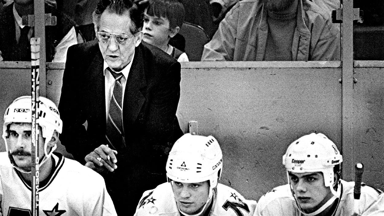 Glen Sonmor derrière le banc des North Stars en 1985