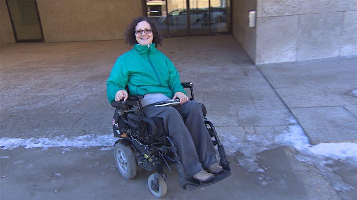 Yvette Cenerini devant le musée des beaux-arts de Winnipeg