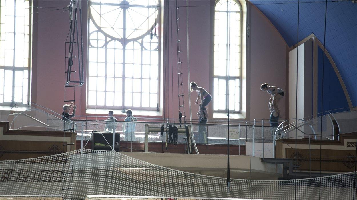 Session de travail dans le jubé de l'église où est maintenant installée l'École de cirque de Québec.
