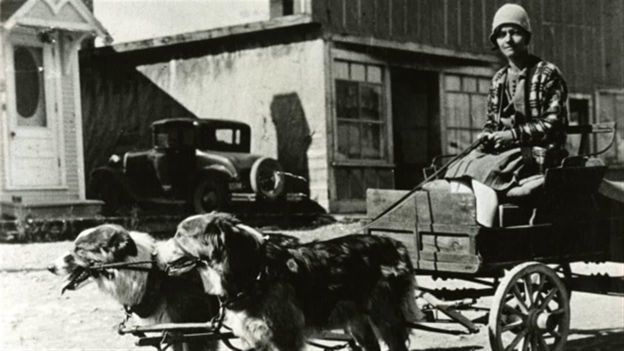 La première laitière de Rouyn, Cécile Cantin, avec sa charrette tirée par des chiens en 1927.