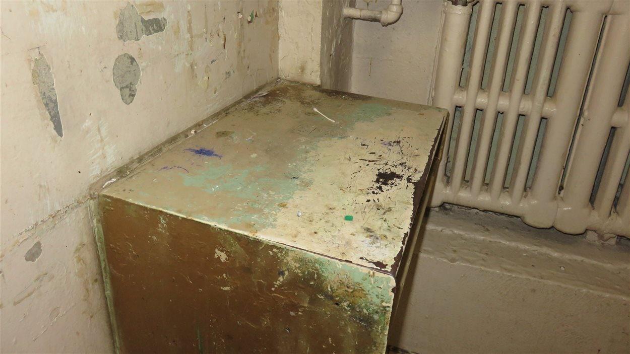 Table de travail dans une cellule de la prison de Chicoutimi