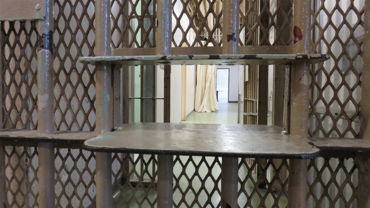 Les prisonniers recevaient leurs plats de nourriture par cette ouverture dans la porte de la salle commune.