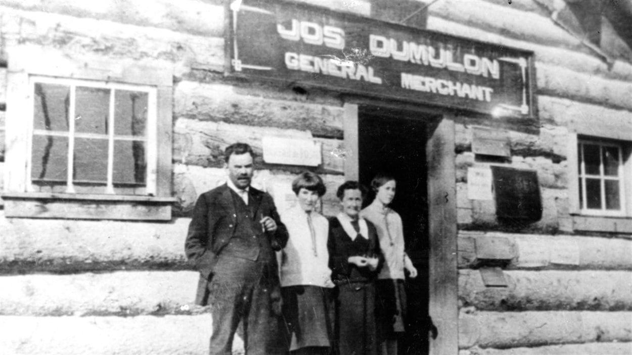 Jos et Agnès Dumulon, accompagnés de deux de leurs filles, Cécile et Blanche, lors de leur arrivée à Rouyn, en 1925