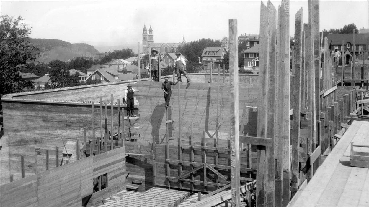 Travailleurs au chantier de construction de la prison de Chicoutimi, août 1928