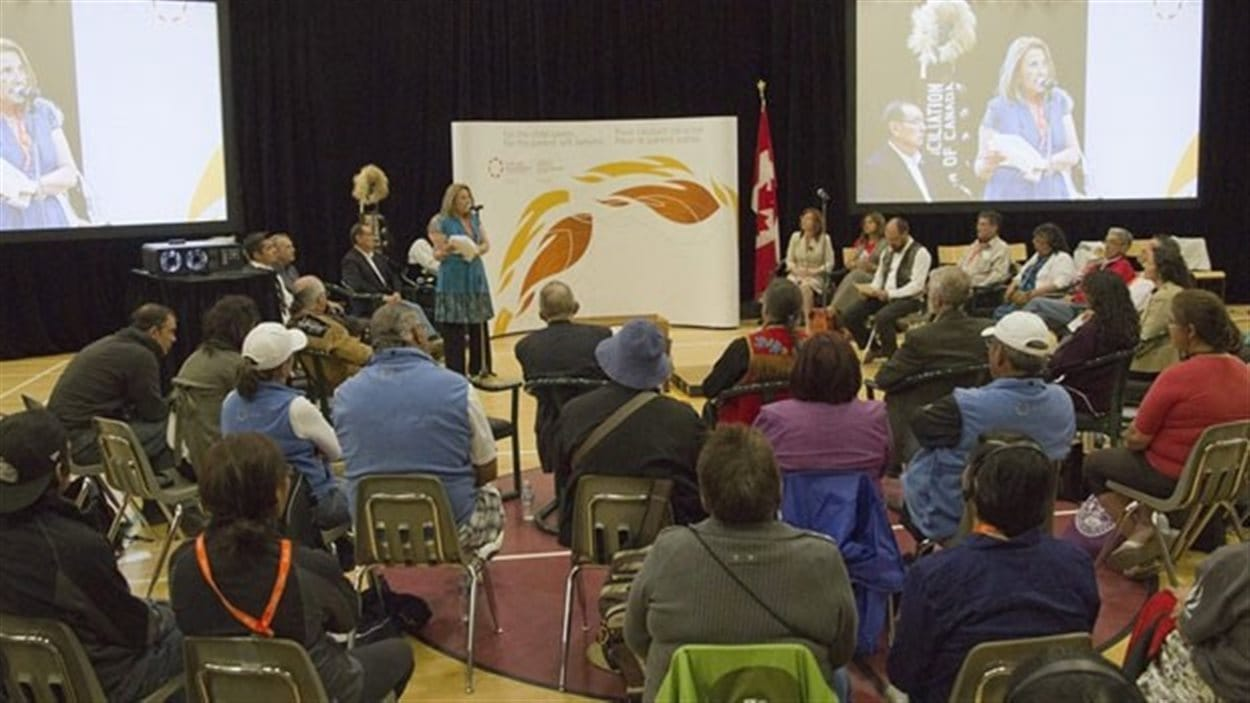 La commissaire Marie Wilson préside un assemblée lors des travaux de la Commision de Vérité et Réconciliation.