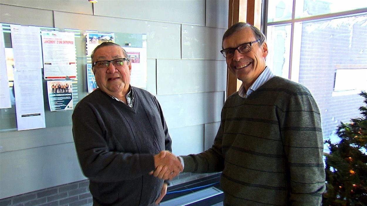 Le chef du conseil des Innus de Pessamit, René Simon, et le président et chef de la direction de Produits forestiers Résolu, Richard Garneau