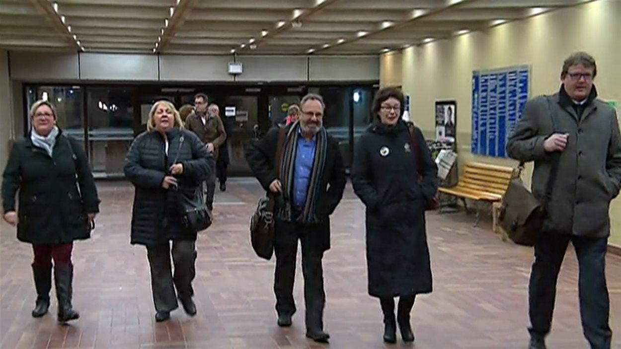 Les chefs syndicaux arrivant à la rencontre avec le ministre Coiteux.