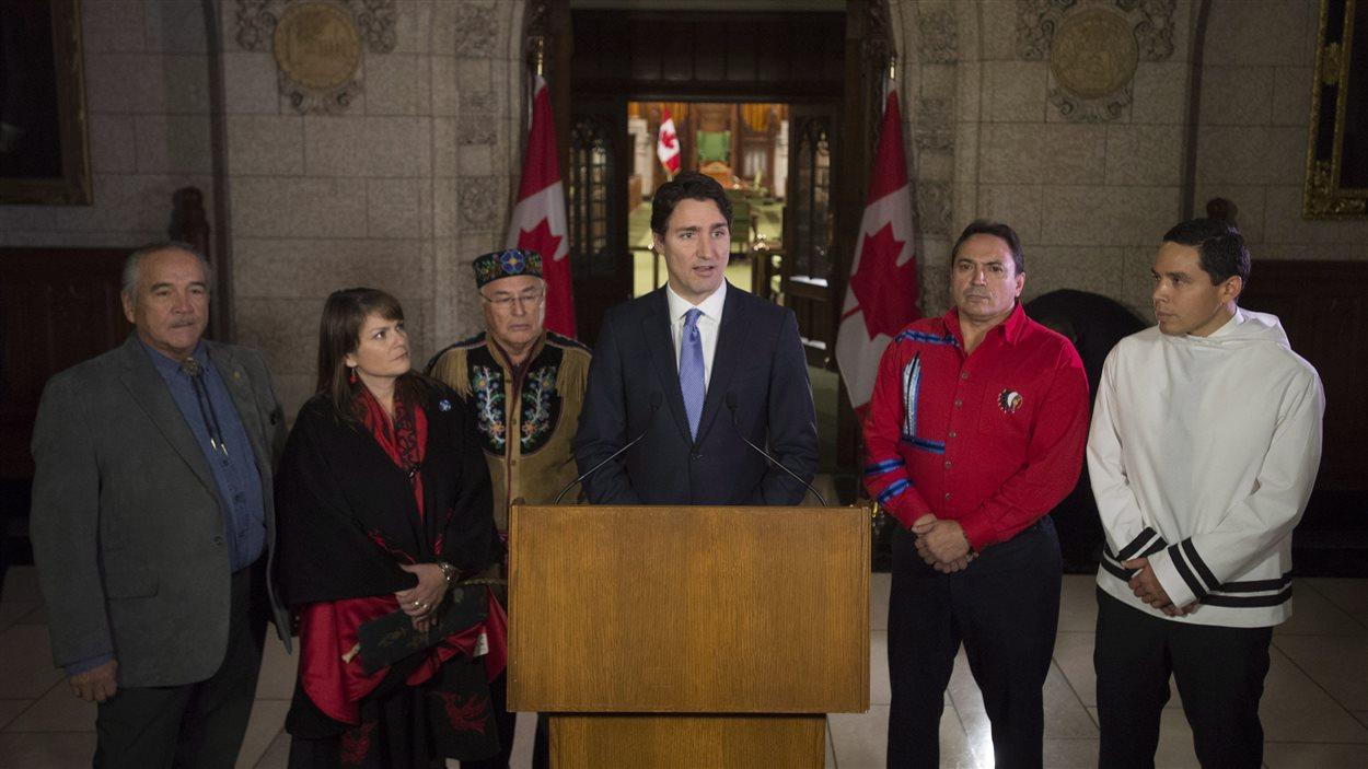 Le premier ministre Justin Trudeau en compagnie de leaders autochtones, à Ottawa