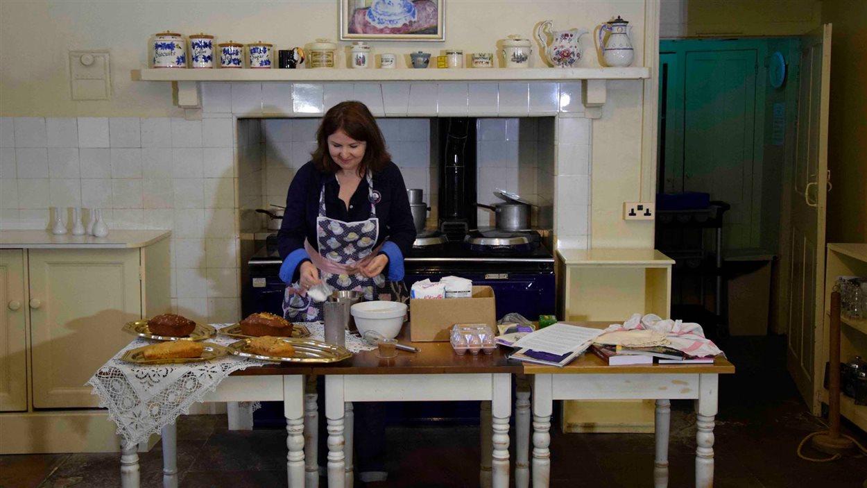 L'auteure Anne Martinetti lors de l'enregistrement d'une émission culinaire dans la cuisine d'Agatha Christie à Greenway