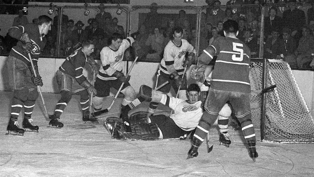 Dickie Moore (deuxième à partir de la gauche) a endossé l'uniforme du Canadien de Montréal durant 12 saisons. On le voit ici en 1952.