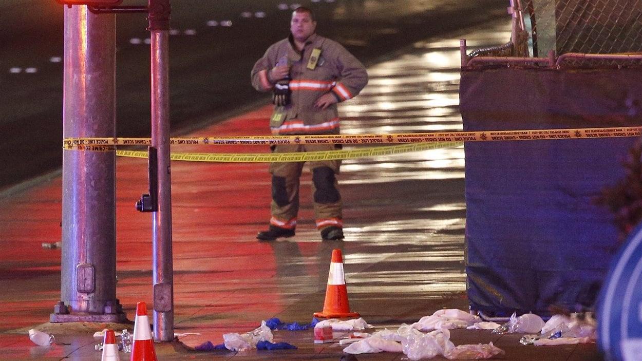 Les piétons se trouvaient sur le trottoir lorsqu'ils ont été heurtés par une automobile.