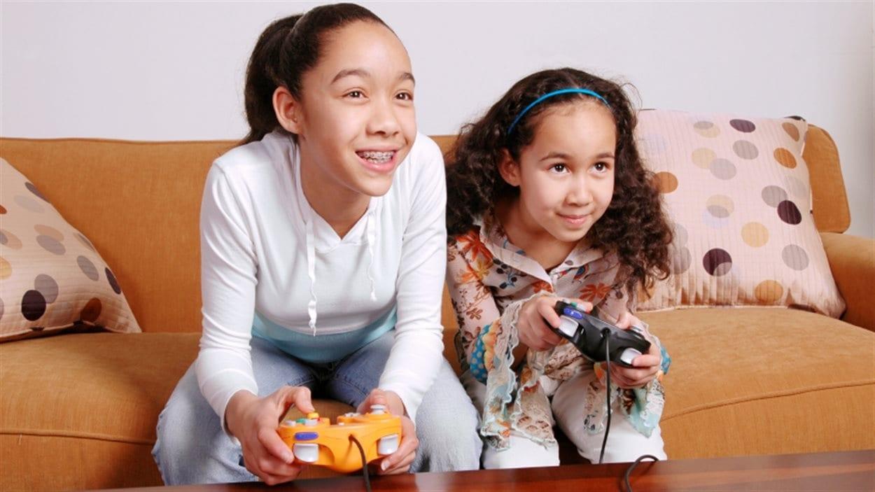Deux fillettes jouent aux jeux vidéo
