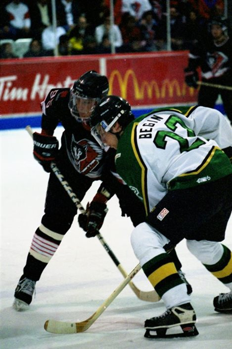 Pierre Dagenais des Huskies contre Steve Bégin des Foreurs (archives)