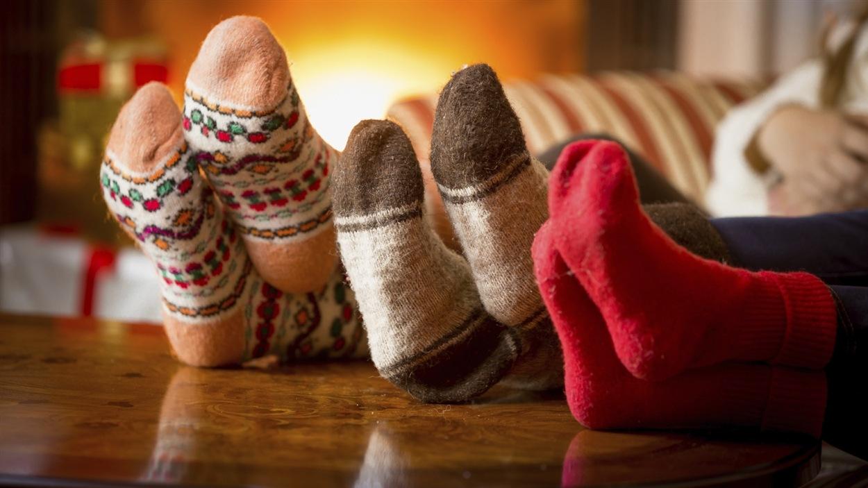 Trois personnes détendues au coin du feu à Noël