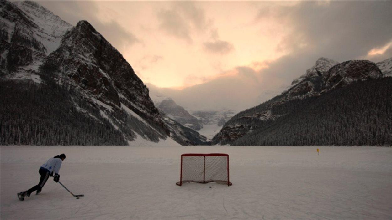 Un joueur de hockey sur patins au Lake Louise dans les Rocheuses canadiennes, dans l'ouest du Canada en décembre 2010. Cela pourrait bientôt être une chose du passé alors que le changement climatique progresse. (Shaun Meilleur / Reuters)