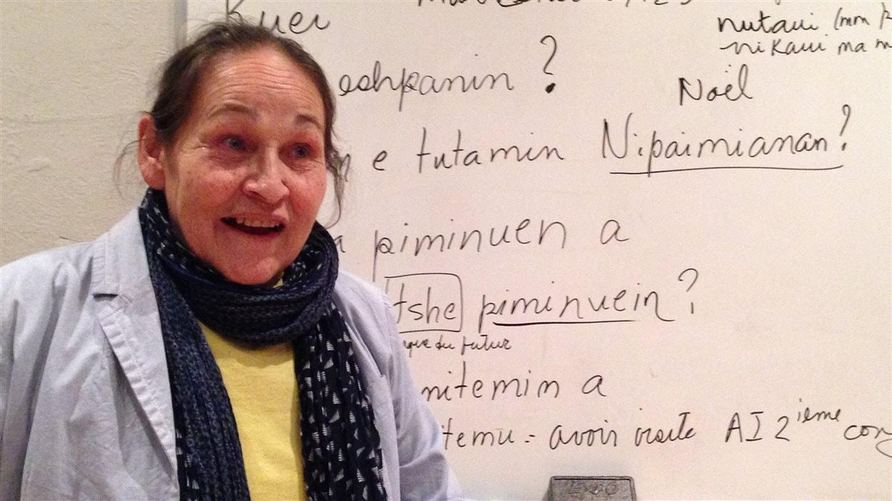 La poétesse et professeure d'innu Joséphine Bacon écrit au tableau et fait répéter une dizaine d'élèves.
