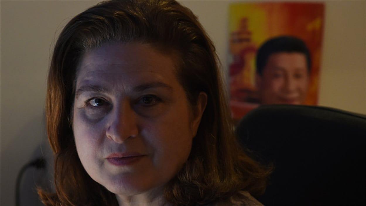 La correspondante de L'Obs à Pékin, Ursula Gauthier, pose dans son appartement à Pékin le 26 décembre 2015