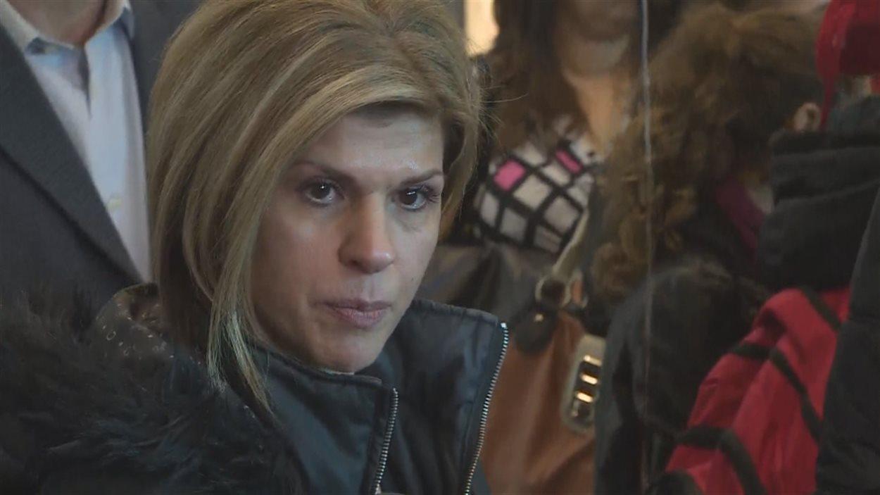 Tima Kurdi, émue, à l'arrivée de sept membres de sa famille à l'aéroport de Vancouver