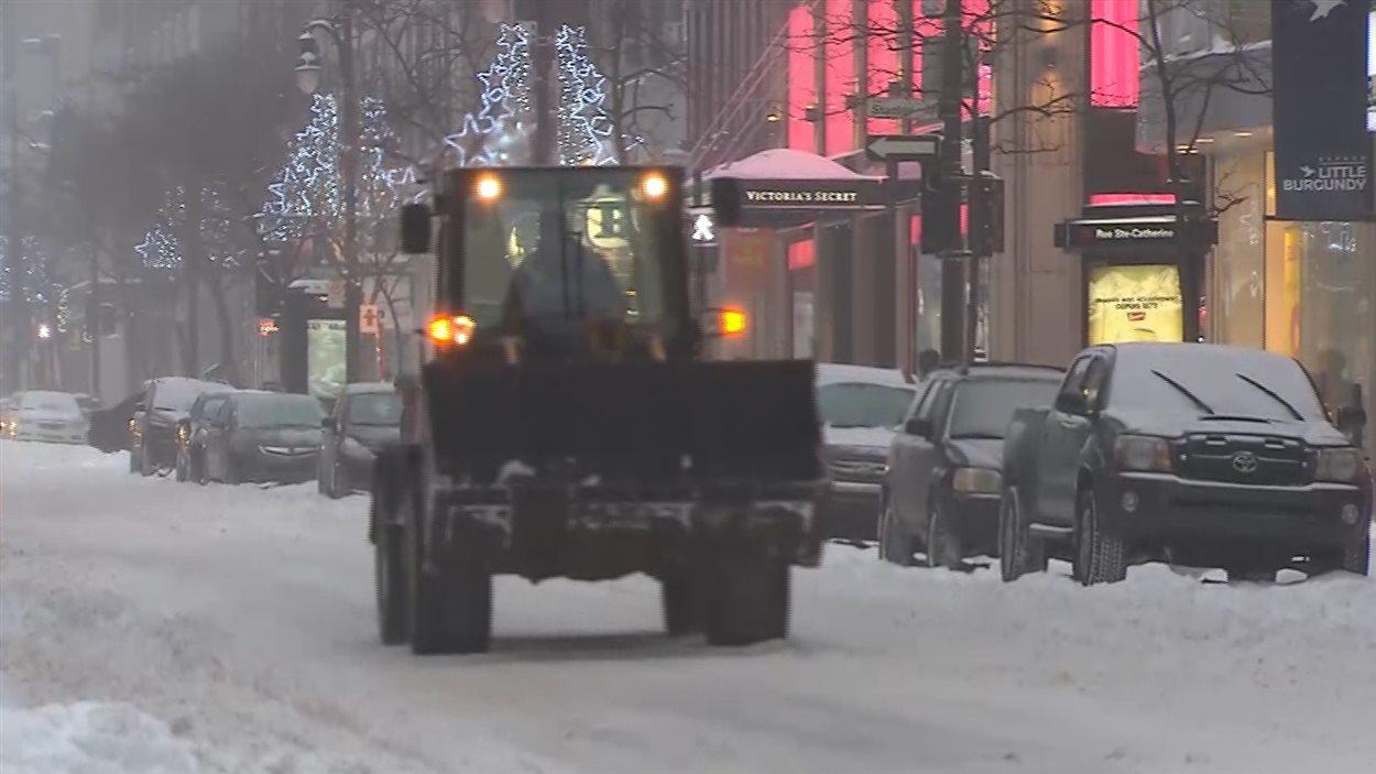 Les opérations de déneigement sont amorcées à Montréal.