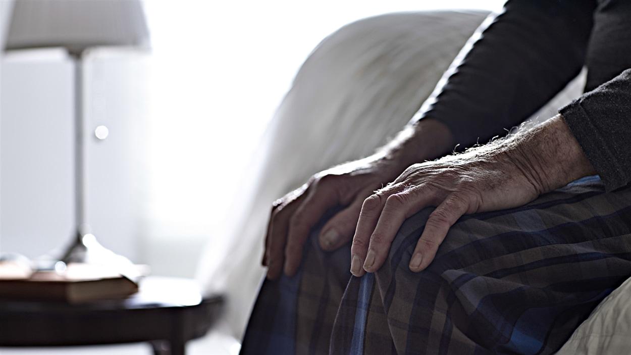 Les mains d'un aîné.