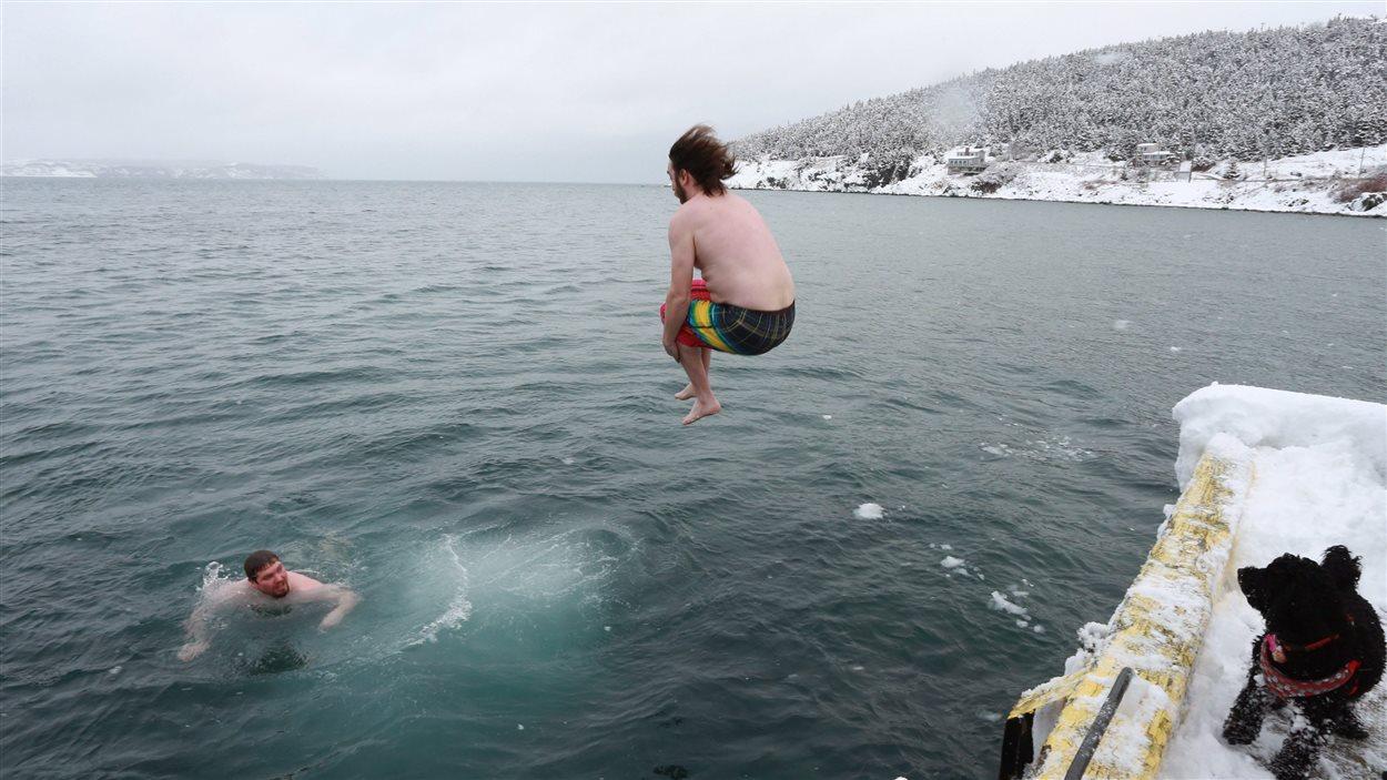 Chris Bragg et Damien Drover n'ont pas hésité à plonger dans l'eau en ce premier jour de l'année.