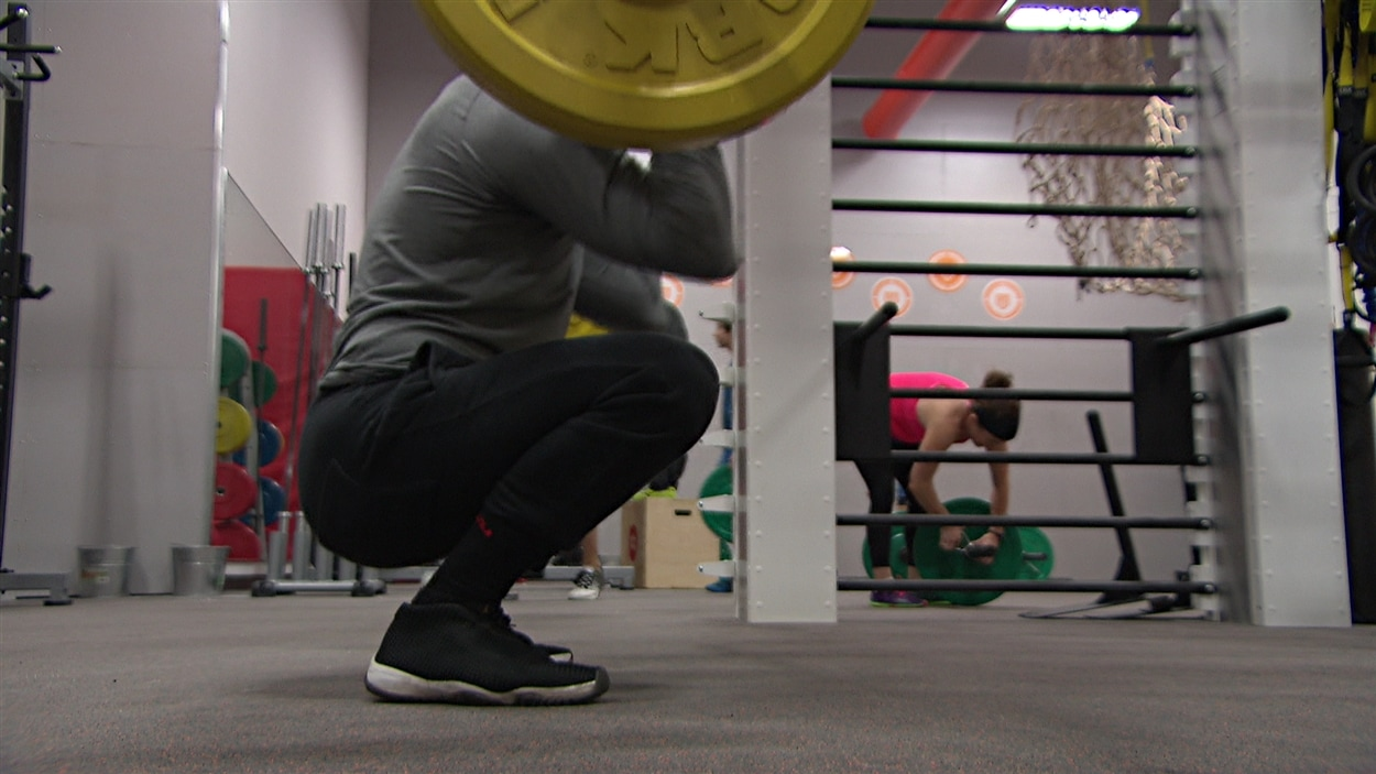 Un homme en train de faire des exercices dans une salle de gym.