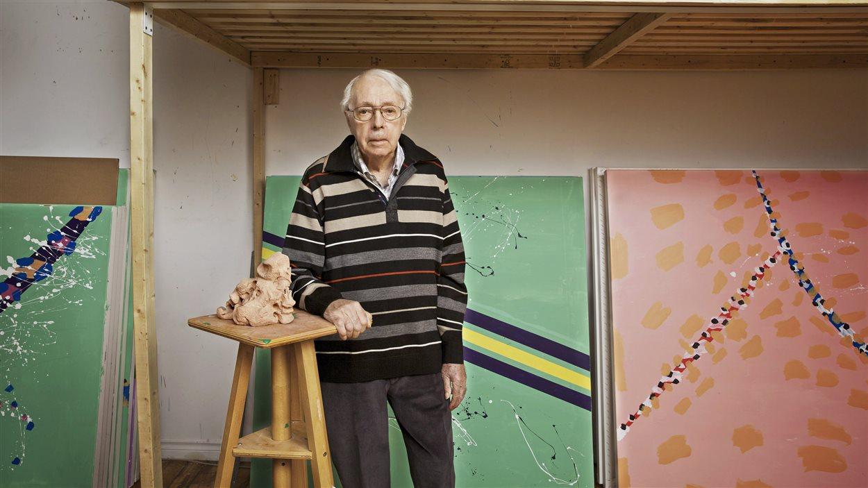 Le peintre Marcel Barbeau pose devant ses oeuvres en 2013