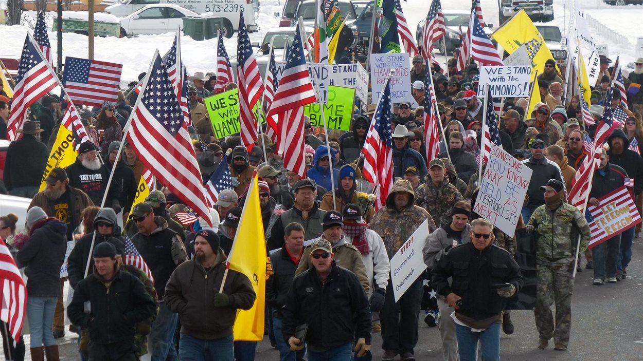 Des manifestants ont protesté contre la sentence imposée à deux fermiers de l'Oregon.