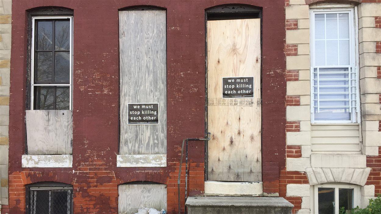 Une façade du quartier Sandtown-Winchester placardée de messages d'appel à la non violence.