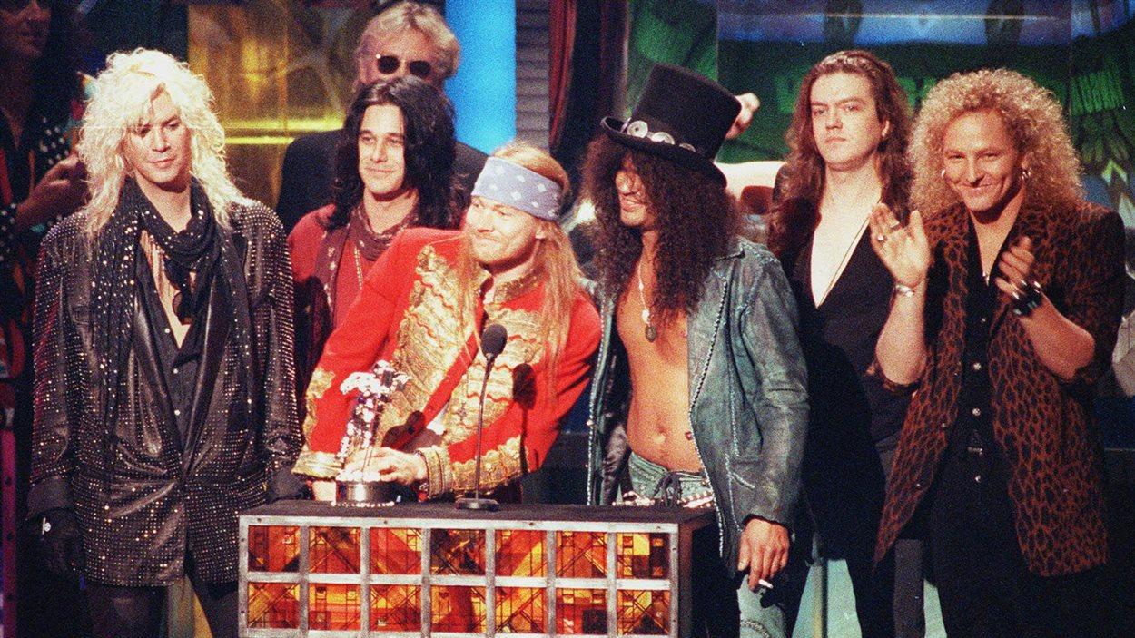 Duff McKagan, Izzy Stradlin, Axl Rose, Slash, Dizzy Reed et Matt Sorum, de Guns N' Roses, lors des MTV Video Music Awards en 1992