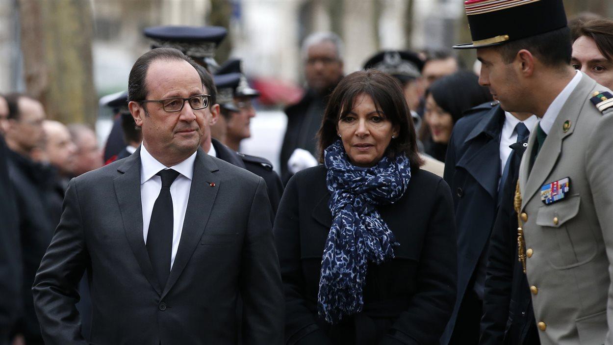 Le président français, François Hollande, et la mairesse de Paris, Anne Hidalgo, ont rendu hommage aux victimes des attentats de Charlie Hebdo et du supermarché Hyper Cacher.