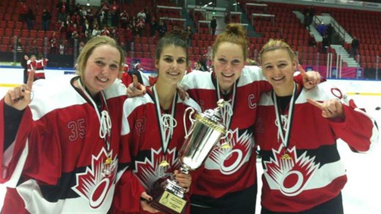 Les Manitobaines Ryann Bannerman, Talia Gallant, Keyona Tomiuk et Sam Renooy font partie de l'équipe canadienne qui a remporté le Championnat junior de la ringuette, à Helsinki, le 3 janvier 2016.