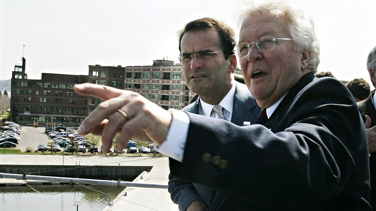 Jean-Paul L'Allier en compagnie du ministre des Transports Jean Lapierre en 2005. Les deux hommes préparaient les festivités du 400e anniversaire de Québec en 2008.