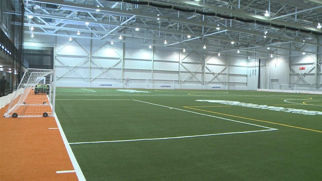 Le stade comprend deux terrains de soccer réglementaires.
