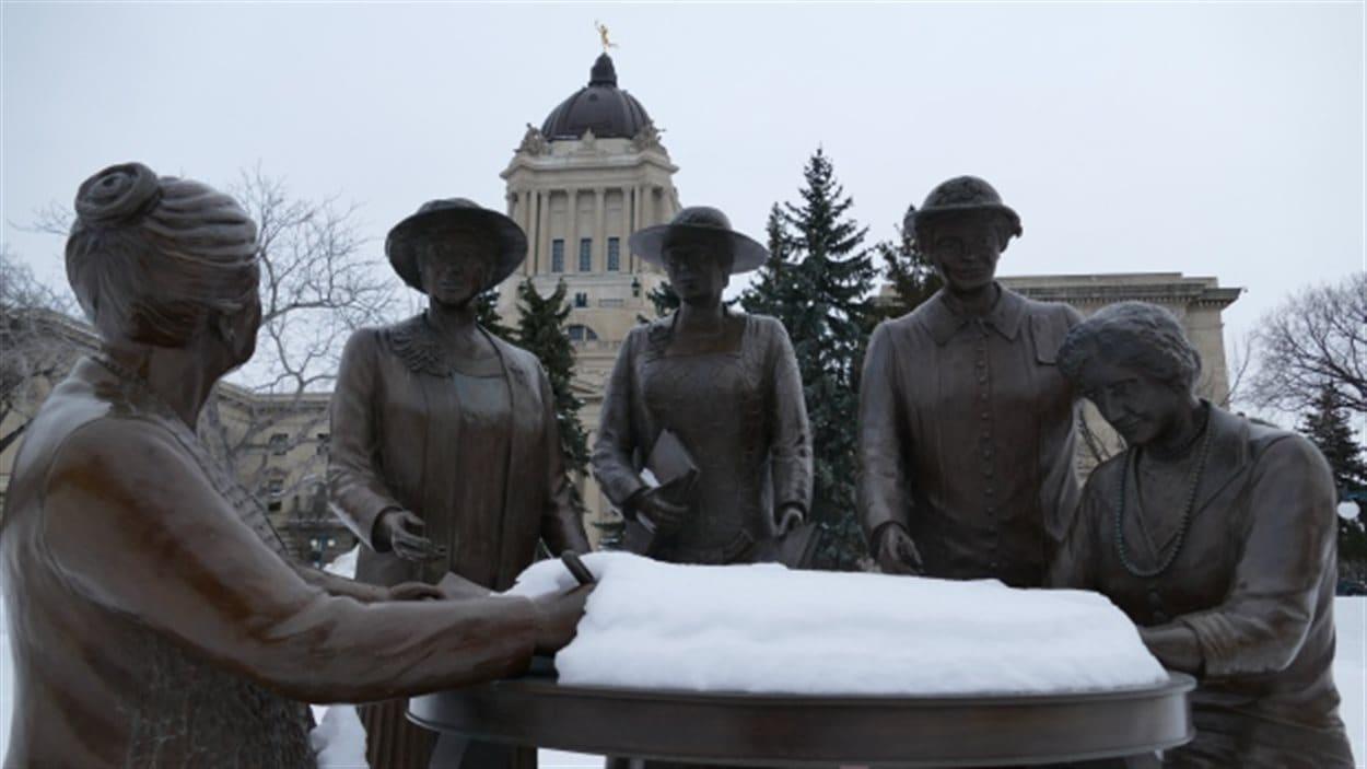 Une statue des « Célèbres cinq » devant l'assembée législative du Manitoba.