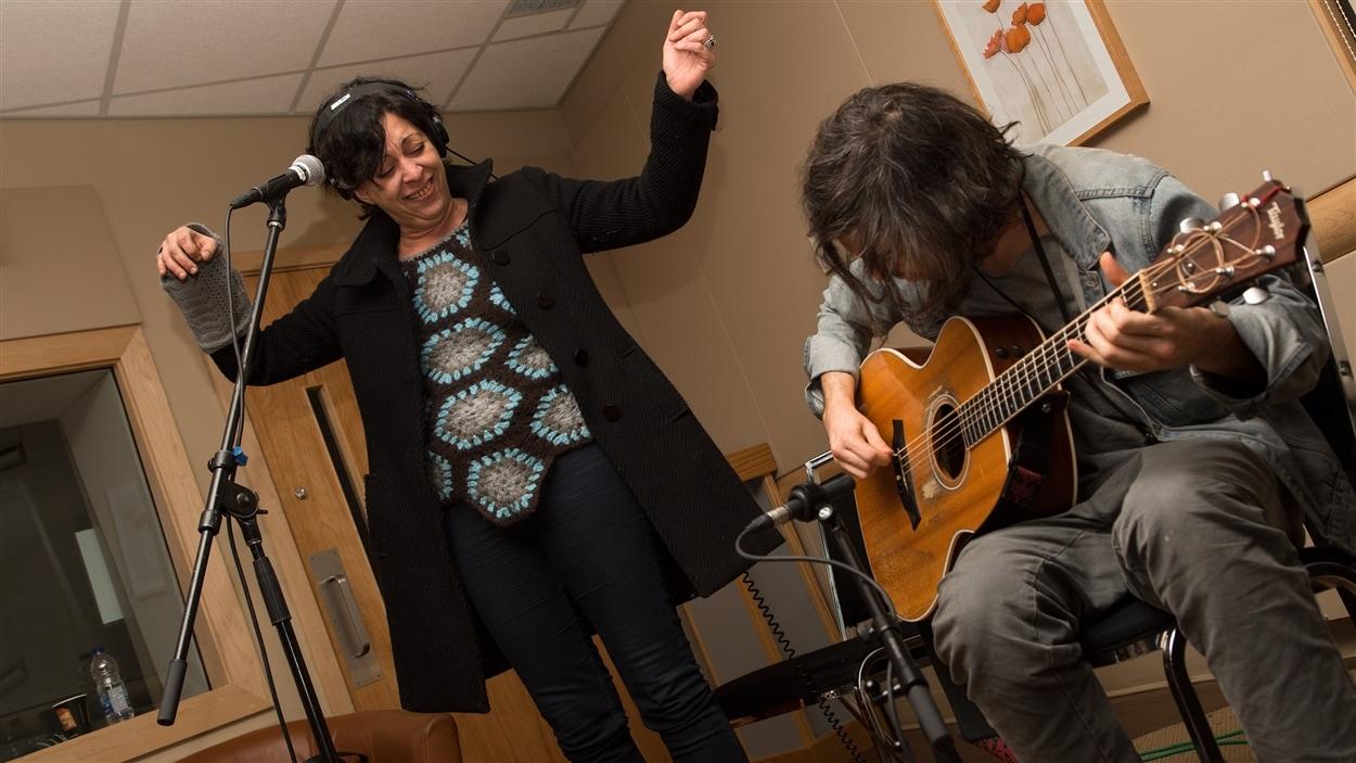 Betty Bonifassi s'amuse comme nulle autre aux côtés du guitariste Jesse MacCormack.