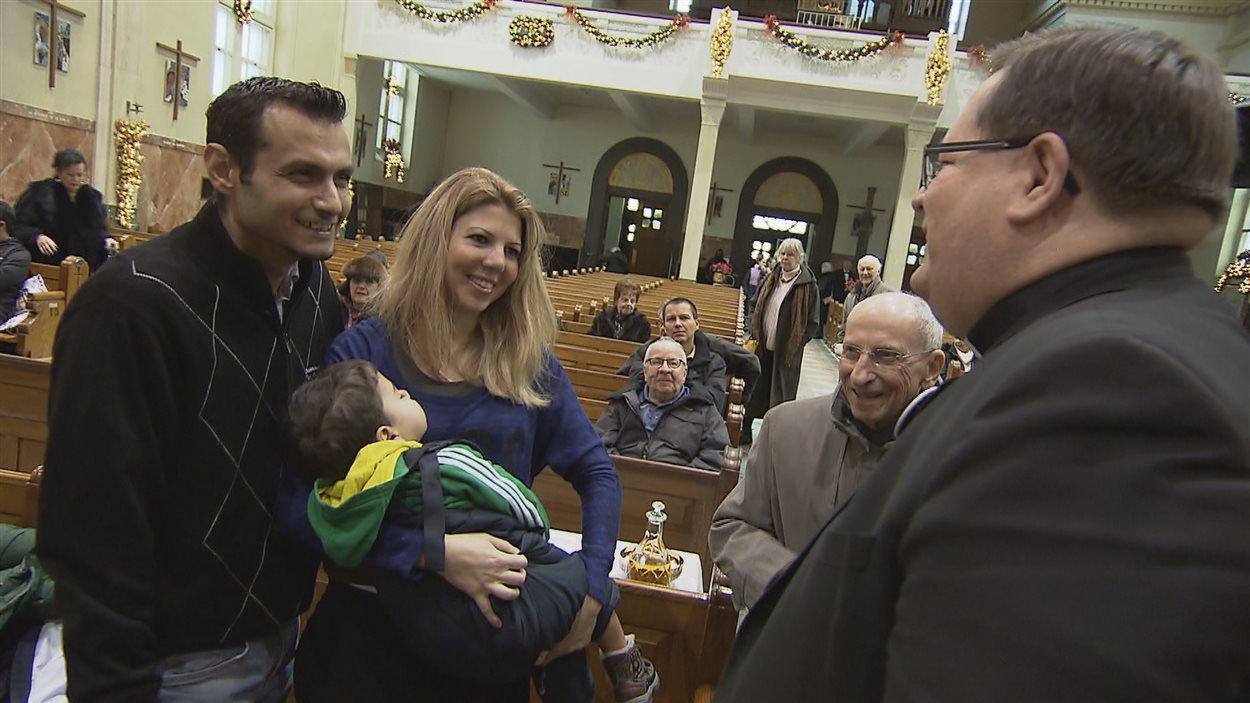 Le cardinal Gérald Cyprien Lacroix accueille la première famille syrienne arrivée à Québec.