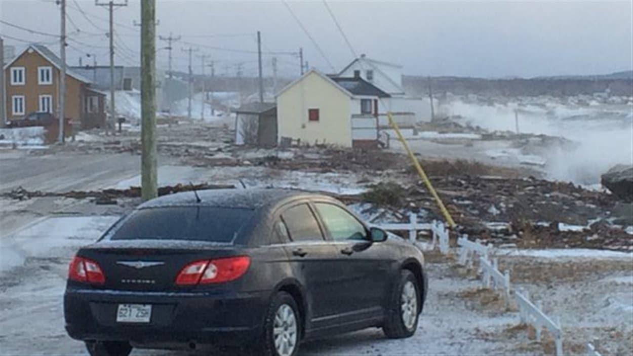 La route a été barrée à Matane-sur-Mer en raison des vagues violentes.
