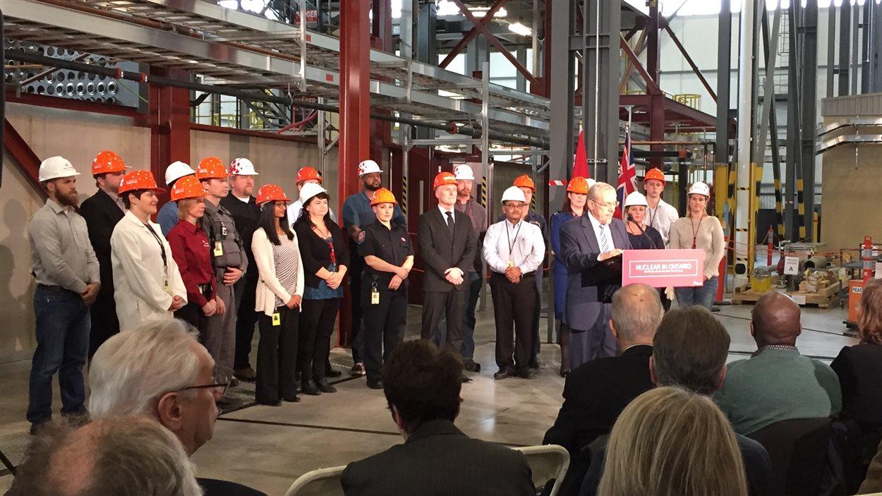 Le ministre de l'Énergie de l'Ontario, Bob Chiarelli, s'adresse aux journalistes.