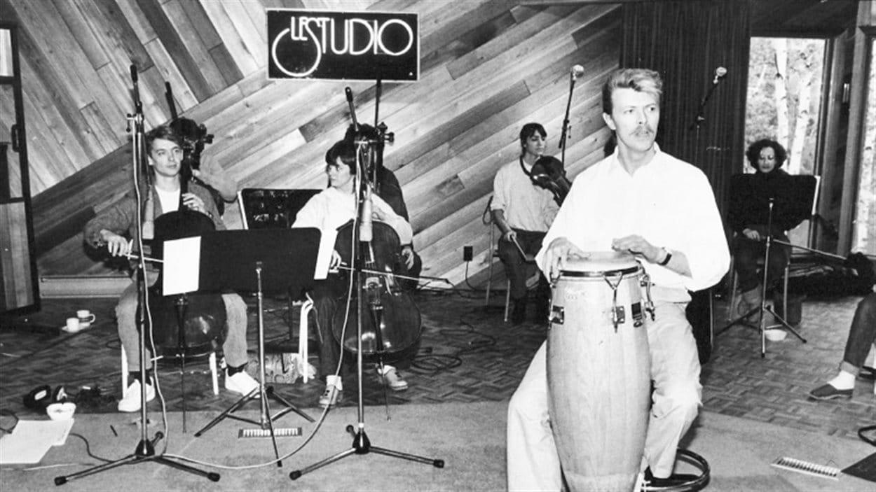 David Bowie en séance d'enregistrement à Morin-Heights dans Le studio d'André Perry.